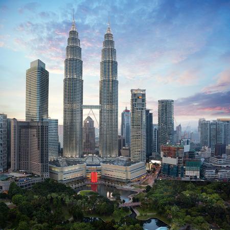 夕方、マレーシアの都市景観、クアラルンプールでクアラルンプール都市スカイラインがマレーシアの首都