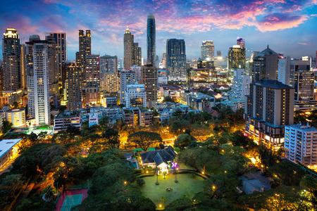 タイのバンコクの夕暮れ、ビジネス地区でバンコク市街のスカイライン