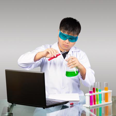 experimento: asiático química estudio del muchacho joven