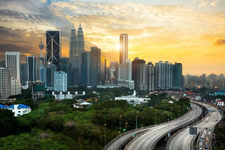 Horizon de Kuala Lumpur dans la soirée, horizon de Malaisie de Kuala Lumpur avec le coucher du soleil. Banque d'images - 59500418