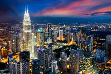 夕暮れ時、クアラルンプール クアラルンプール都市スカイラインがマレーシアの首都、クアラルンプール、マレーシアのビジネス地区です。