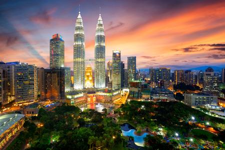 Kuala Lumpur skyline in de schemering, Kuala Lumpur, Maleisië Redactioneel
