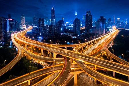 夜、中国・上海に上海の高架道路のジャンクションやインターチェンジの高架 写真素材 - 64946366