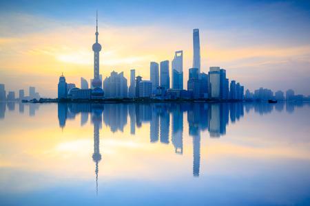 朝は、中国上海の上海のスカイライン