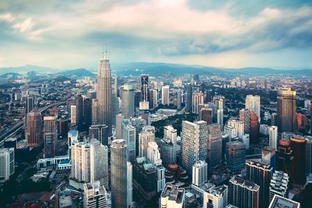 Kuala Lumpur skyline in de avond, Kuala Lumpur is de hoofdstad van Maleisië, Business district gebied in Kuala Lumpur, Maleisië Stockfoto - 64938334