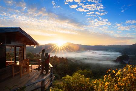 アジア家族母と娘の日の出を見てタイ Phu Langka 自然公園