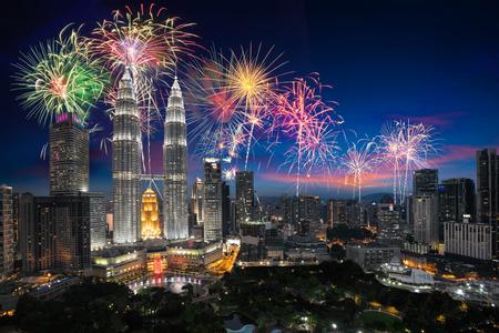 Vuurwerk over de stad van Kuala Lumpur, de horizon van Maleisië