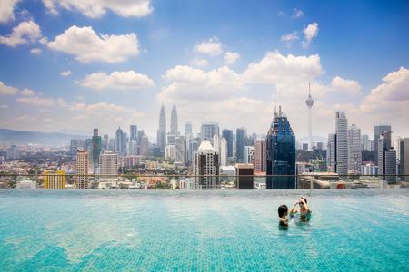 美しいシティー ビュー クアラルンプール、マレーシアの屋根の上にあるスイミング プール。 写真素材