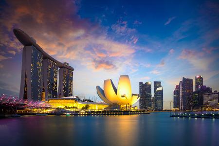 シンガポール マリーナ ベイ夕暮れ、シンガポール市街のスカイライン。シンガポールの共和国公式に