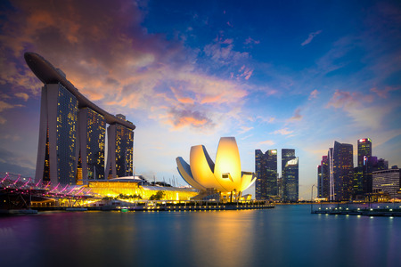 Marina Bay Singapore in de schemering, stad Singapore skyline. Officieel de Republiek Singapore