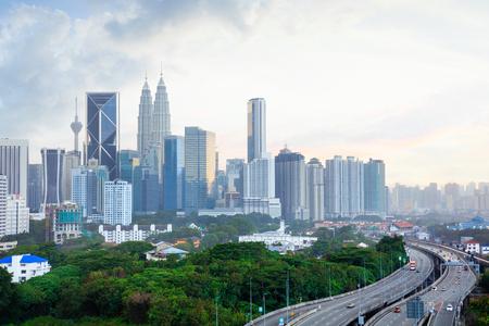 夕方には、夕日とクアラルンプール マレーシア スカイライン クアラルンプールのスカイライン