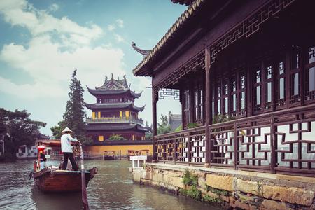 ボートと歴史的建造物、中国上海上海朱家角の町で中国伝統的な観光船 写真素材