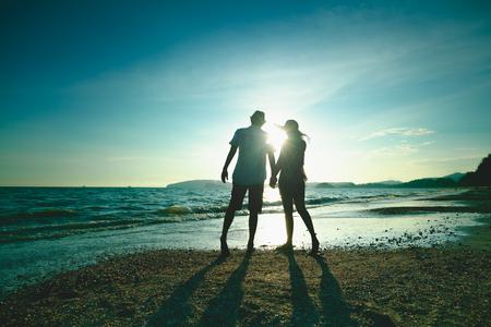 해변 여행 휴가, 크라비, 태국에 아름다운 일몰 산책을 즐기는 로맨틱 한 가운데 세 커플