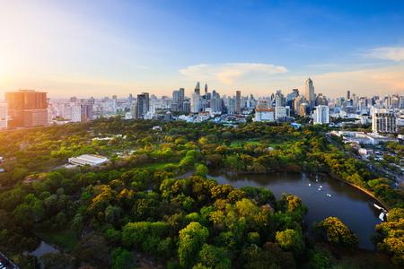 Paysage urbain de période de soirée au parc de Lumpini, skyline de Bangkok Thaïlande Banque d'images - 76752883