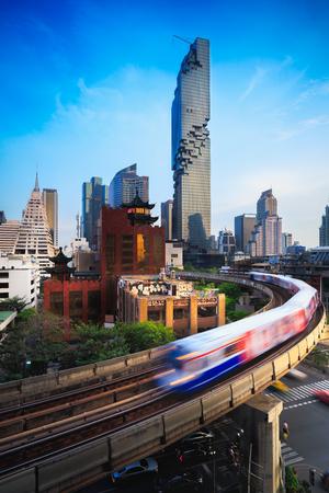 BTS スカイトレインや Mahanakhon ビルを背景にシーロム通り、タイのバンコクで 写真素材