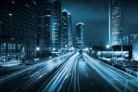 Lichte paden op de moderne bouwachtergrond in Shanghai, China
