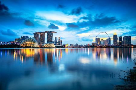 De stadshorizon van Singapore bij schemer
