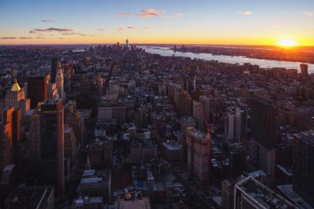 Horizonte de la ciudad de Nueva York con rascacielos urbanos al atardecer, Nueva York, EE.