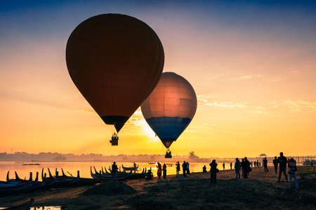 Sunrise at U Bein Bridge with boat and hot air balloon, Mandalay, Myanmar Stok Fotoğraf