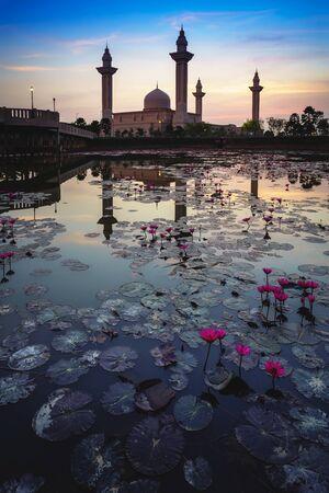 The tengku ampuan jemaah mosque or bukit jelutong mosque during beautiful sunrise, Kuala Lumpur Malaysia Standard-Bild