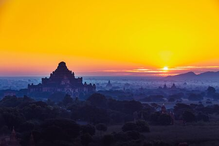 Scenic sunrise above bagan in Myanmar Bagan is an ancient city with thousands of historic buddhist Standard-Bild