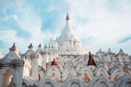 Novices under umbrellas at historic temple, Mingun, Mandalay, Myanmar Standard-Bild - 140322660