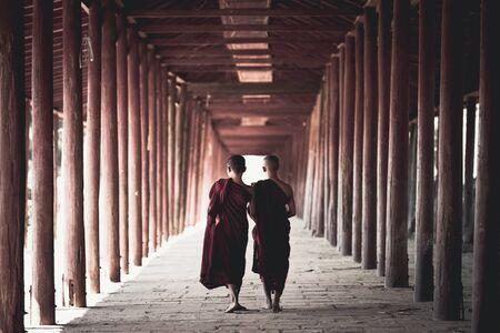 Novices walking at old temple, Salay Bagan Myanmar Standard-Bild