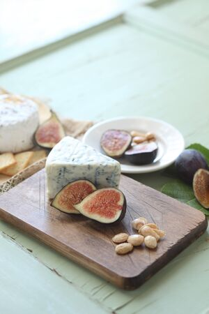 tabla de quesos: Higos frescos en una tabla de quesos