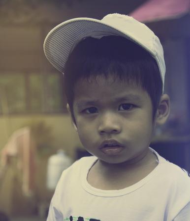 niños actuando: primer graves 3 años de edad del niño, niños, muchacho, tailandés, actuando la cara en el tiempo tumba con el tono del color y el enfoque selectivo Foto de archivo