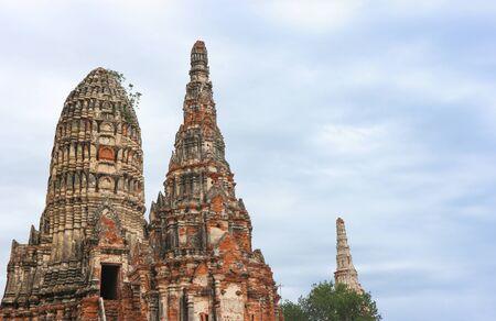 Touristischer berühmter Zielort, Ruinen der alten Buddha-Statue und Architektur im Wat Chaiwatthanaram im historischen Park von Ayutthaya.