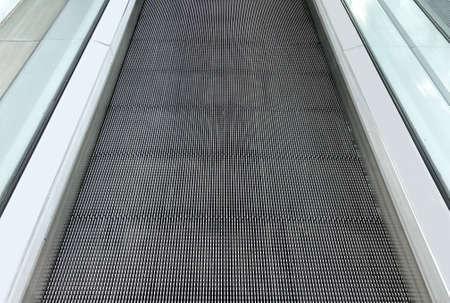 perspective view of smooth walking escalator pathway floor background. Stockfoto