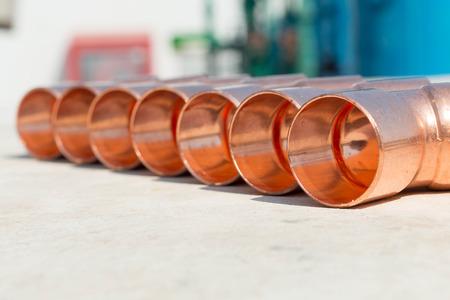 codo: Codo de cobre utilizado para plomer�a Foto de archivo