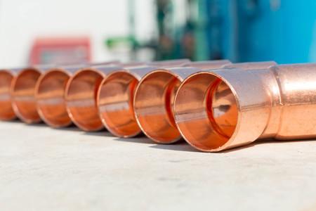 codo: Codo de cobre utilizado para plomería Foto de archivo