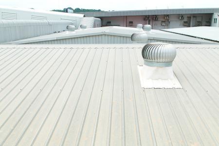 상업 건축에 금속 지붕의 건축 세부 사항