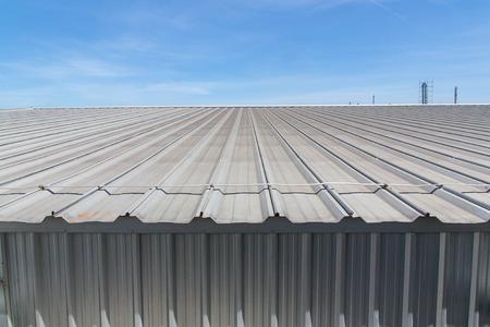 metales: Detalle arquitectónico de techos de metal en la construcción comercial Foto de archivo