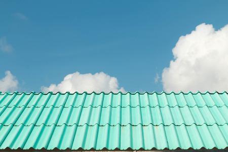 Architectonische details van metalen dakbedekking op de commerciële bouw Stockfoto
