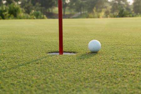 golf  ball: pelota de golf en el labio de la copa Foto de archivo