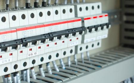 Nieuw bedieningspaneel met circuit-breakers, zekeringen, rails, laagspanningsapparatuur meter huidige transformatoren, relais en andere elektrische apparatuur. Stockfoto