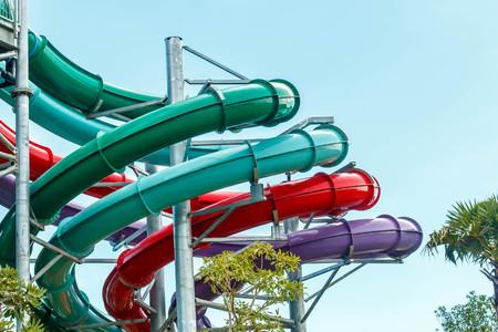 Waterpark in luxe tropisch resort, waterglijbaan