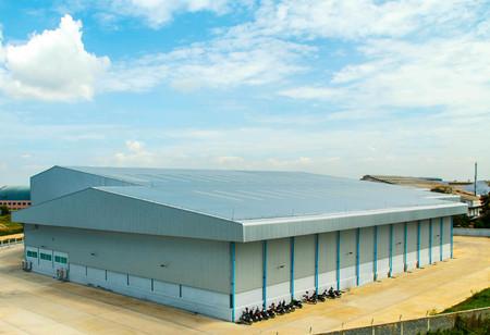 Architectonisch detail van metalen dakbedekking op commerciële constructie