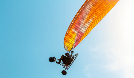 Para-motor flying in the sky Banco de Imagens