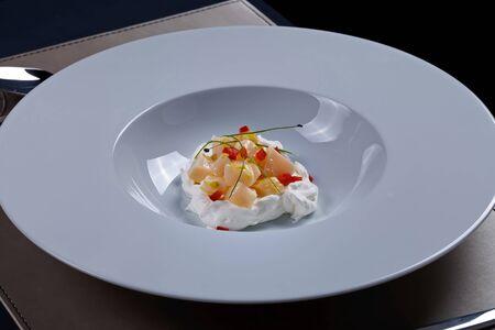 cebolleta: Crema de ensalada de vieiras con cebollino Foto de archivo
