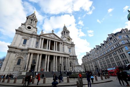 cabina telefonica: Frente a la Catedral de St.Paul, Londres, Reino Unido, 24 de diciembre de 2014