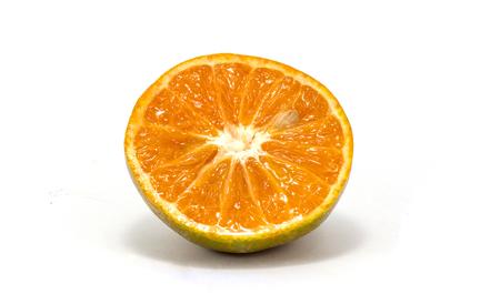naranja fruta: Frutas de color naranja de medio fondo blanco Foto de archivo