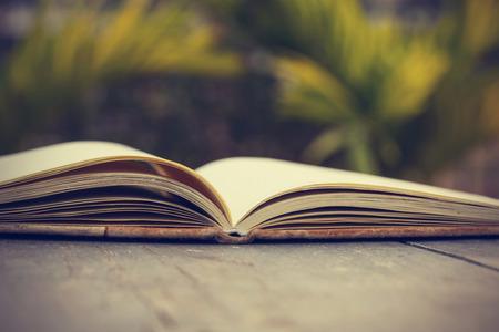 libros: Abra el libro - procesamiento de im�genes de estilo efecto vintage