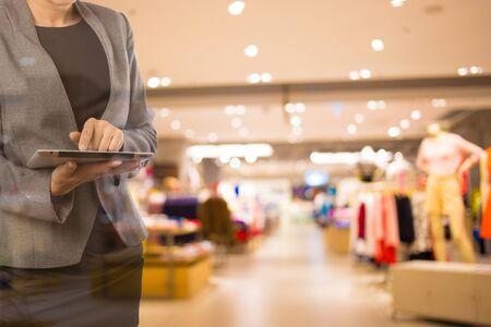 centro comercial: Las mujeres en el centro comercial utilizando Tablet PC móvil.