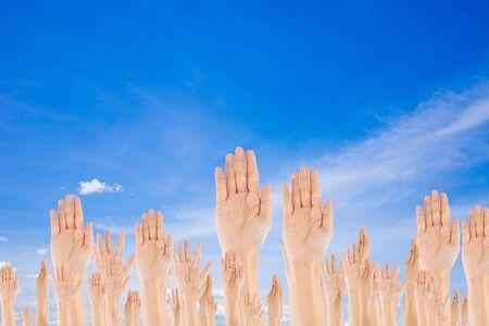 manos levantadas al cielo: Manos Levantadas Diversos en fondo del cielo