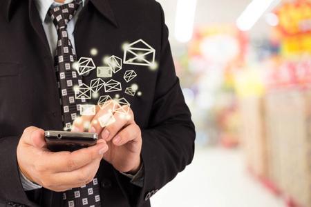 correo electronico: Hombre de negocios el env�o de correo electr�nico