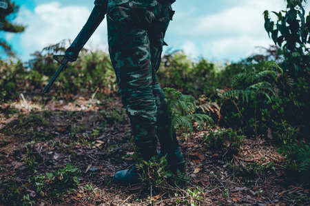Soldiers are using the radio. And use the map For communication between military operations in the border forest. Guardian Banque d'images