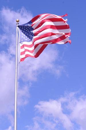 Aan flarden Amerikaanse Vlag Tegen Blauwe Hemel & Wolken - Wisconsin Stockfoto